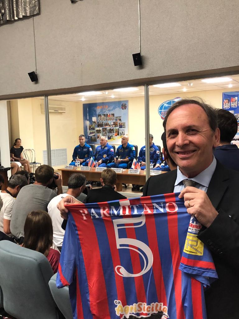Il sindaco Naso ha portato in Kazakistan la maglietta Parmitano del Paternò calcio