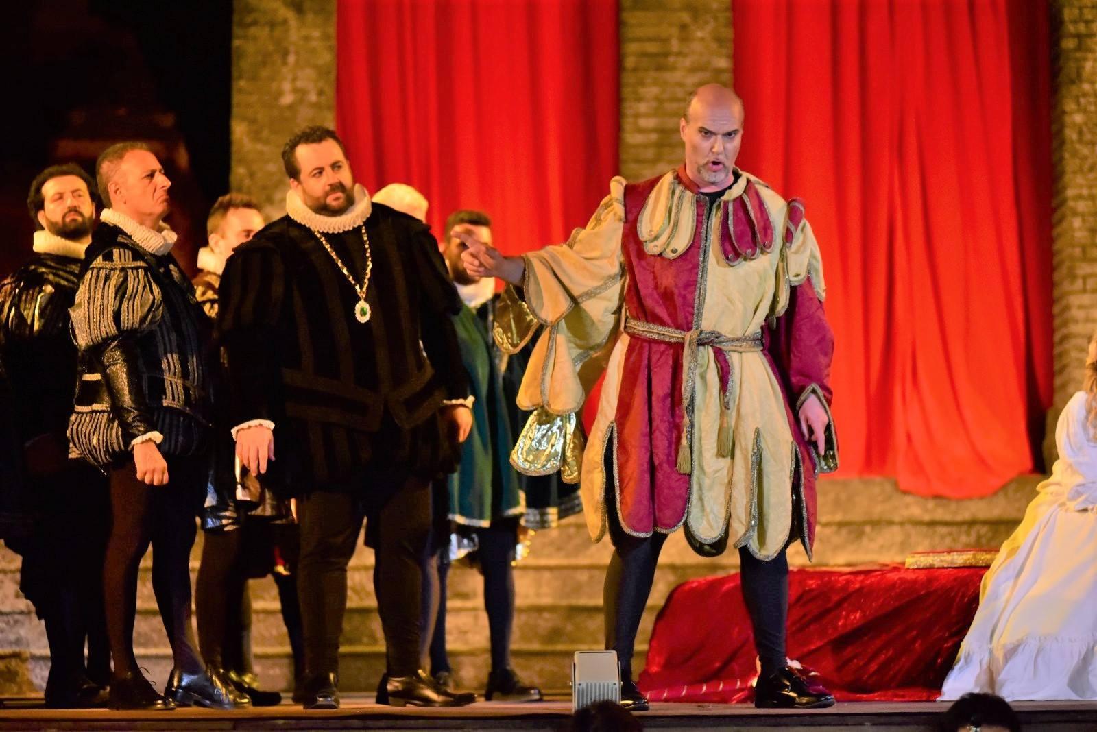 Giovanni Meoni, a destra, è Rigoletto