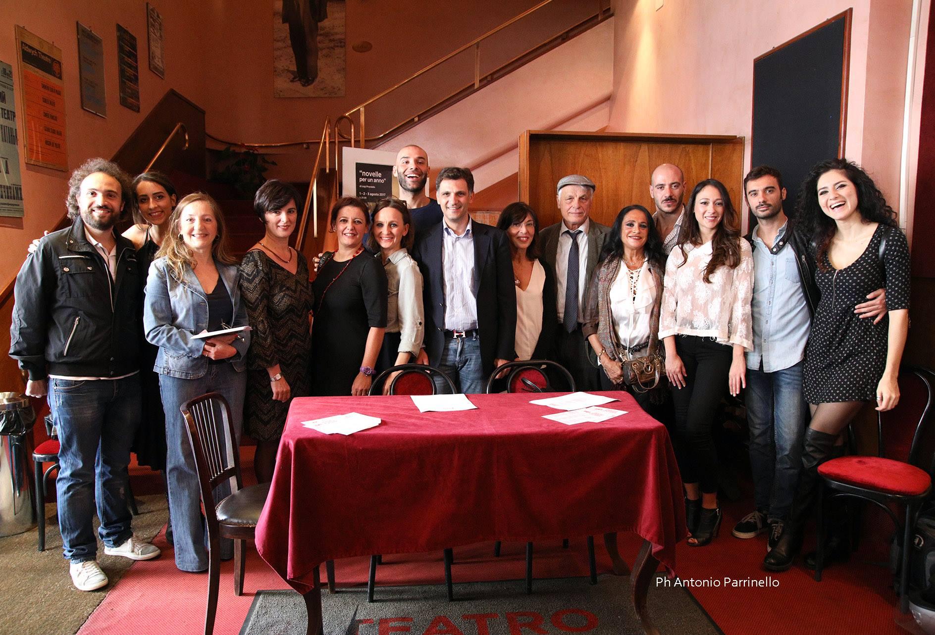 Il cast dei Sei personaggi durante la conferenza stampa