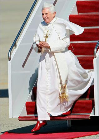 Ratzinger con le scarpe rosse di Prada