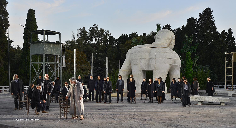 Un momento dello spettacolo con Edipo e Teseo in scena - ph Gianni Luigi Carnera