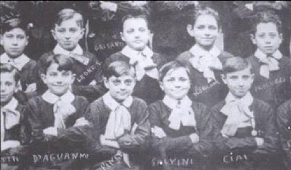 Leone (II in alto, da sinistra) e Morricone (IV in alto) alle elementari