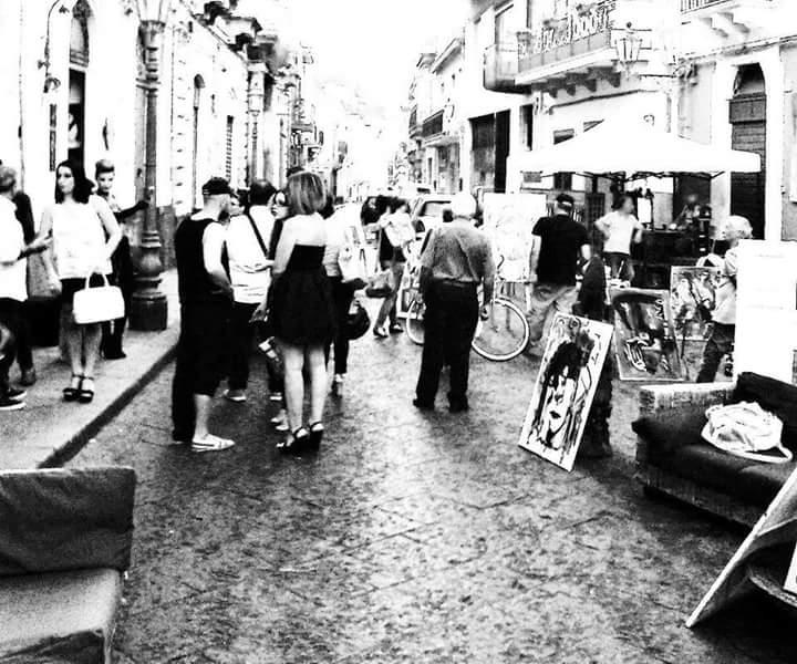 Largo dei Bianchi trasformata in una piccola Montmartre con Officina d'arte in centro