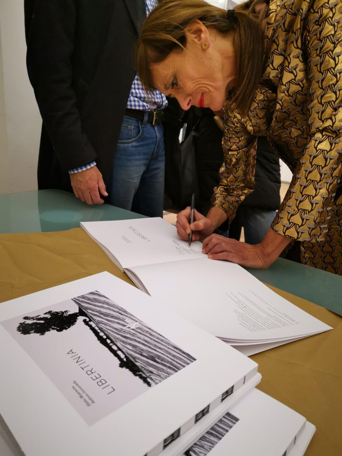 Stefania Licciardello autografa una delle 156 copie di Libertinia
