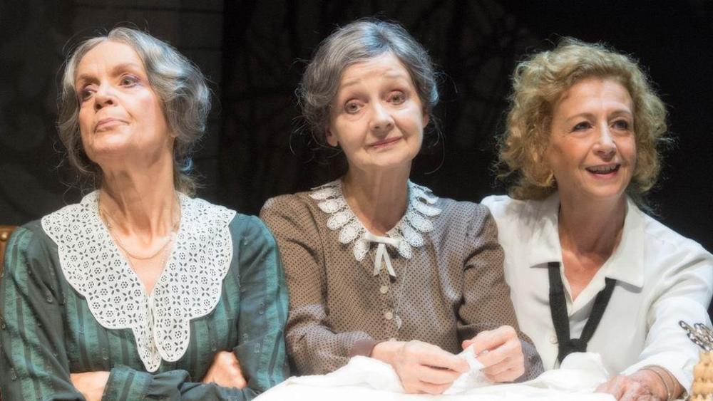 Lucia Poli, Milena Vukotic e Marilù Prati in Sorelle Materassi
