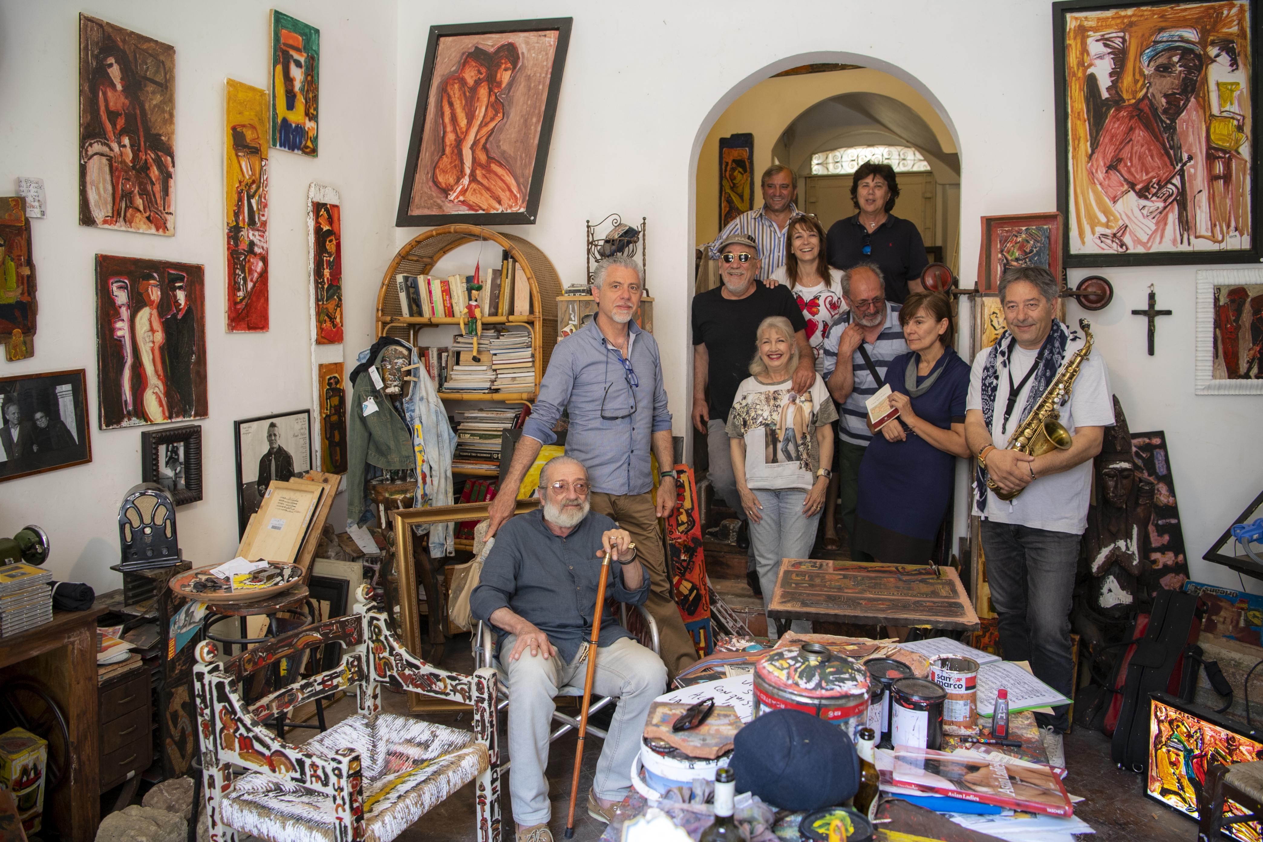 La bottega di Nunzio Papotto (seduto) circondato dagli amici artisti