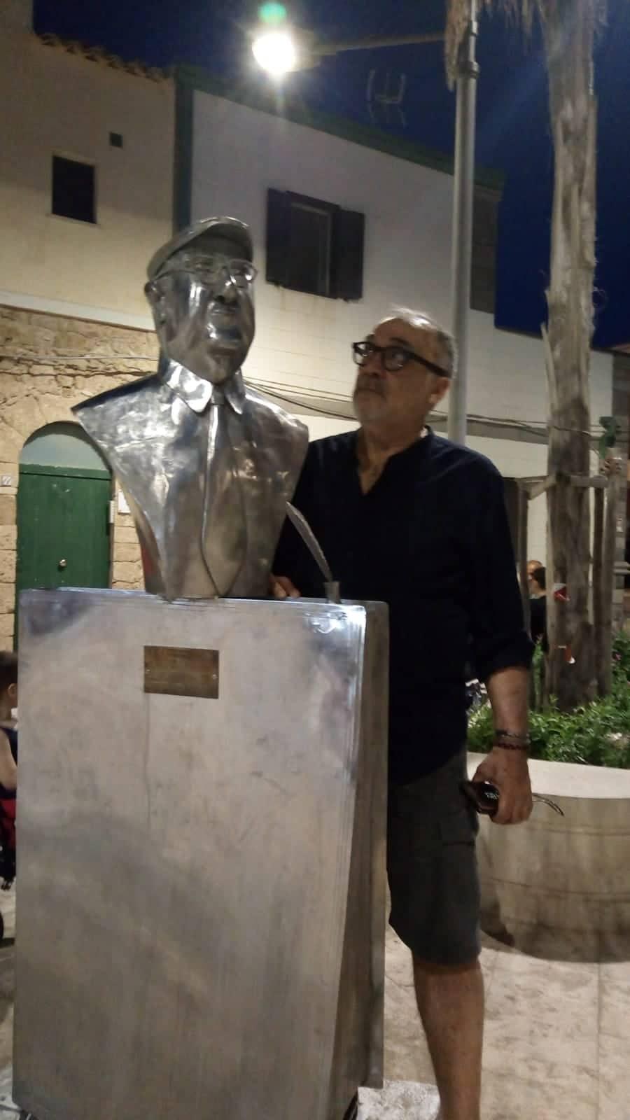 Tino Vittorio a Punta Secca davanti il busto di Andrea Camilleri ora rimosso