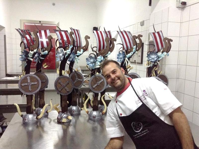 Giovanni Cappello con le sculture di cioccolato della Cappello Pastry  Academy 480f4a132047