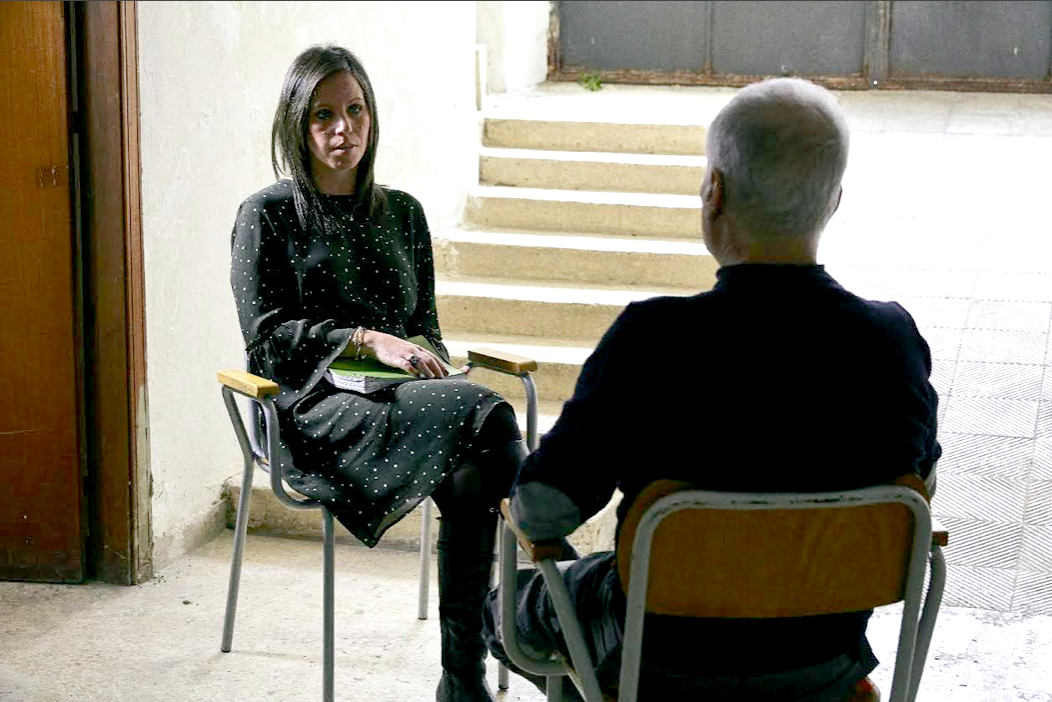 Katya Maugeri con uno degli intervistati, foto di Alessandro Gruttadauria