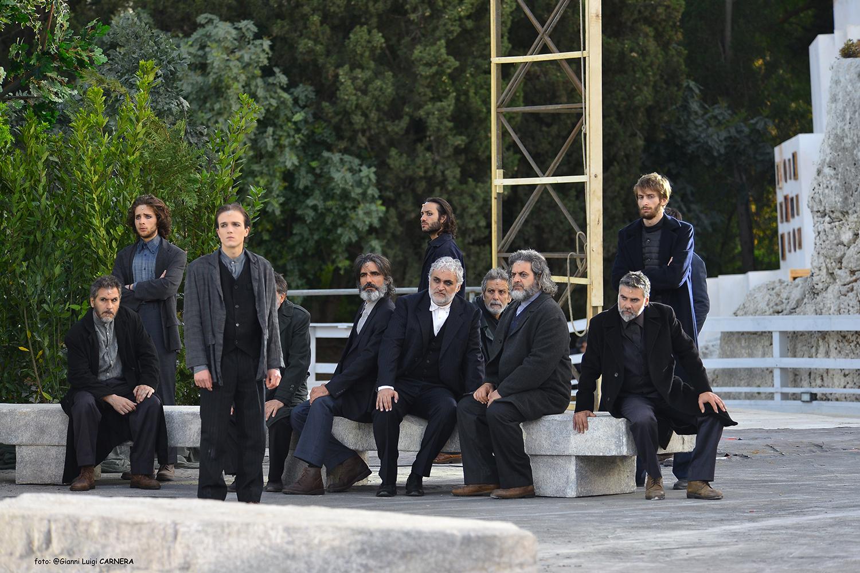 Il coro degli ateniesi con il corifeo Davide Sbrogiò - ph Gianni Luigi Carnera