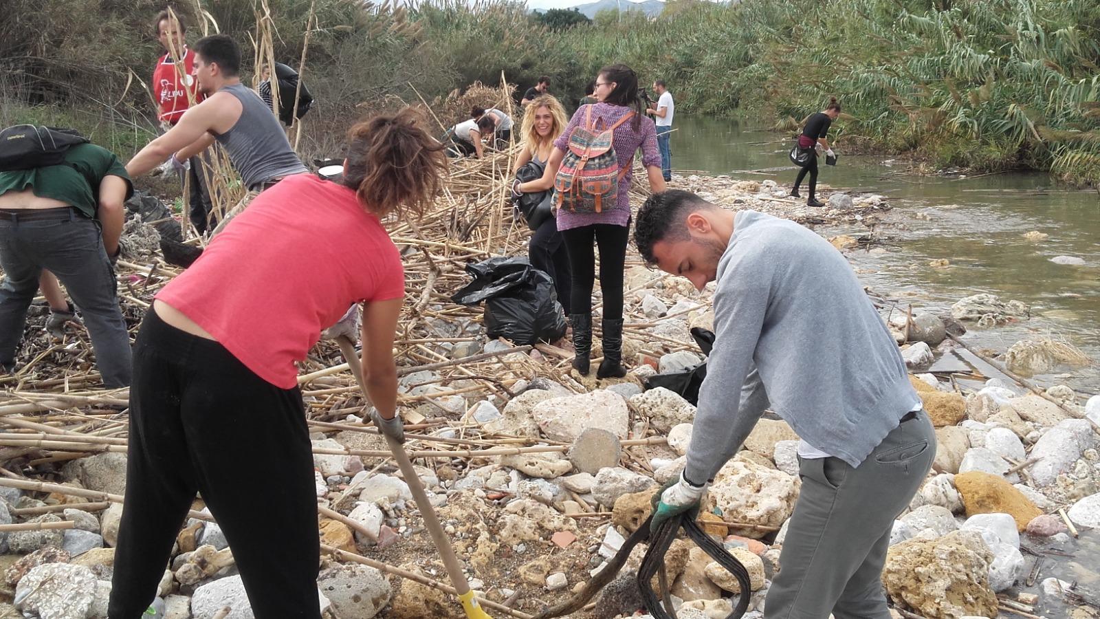 Campagna di pulizia alla foce del fiume