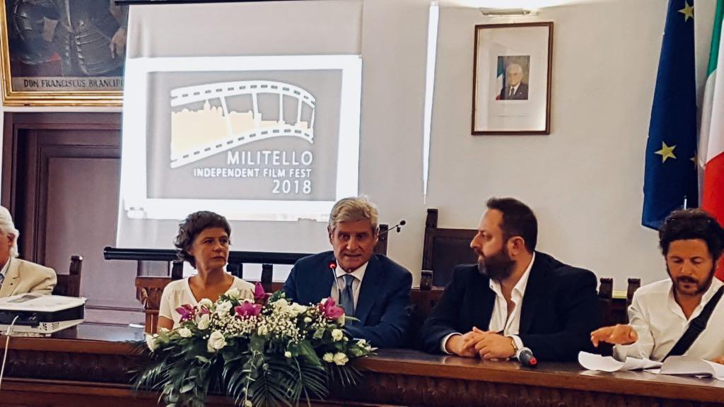 Al centro il sindaco Giovanni Burtone durante la presentazione del festival