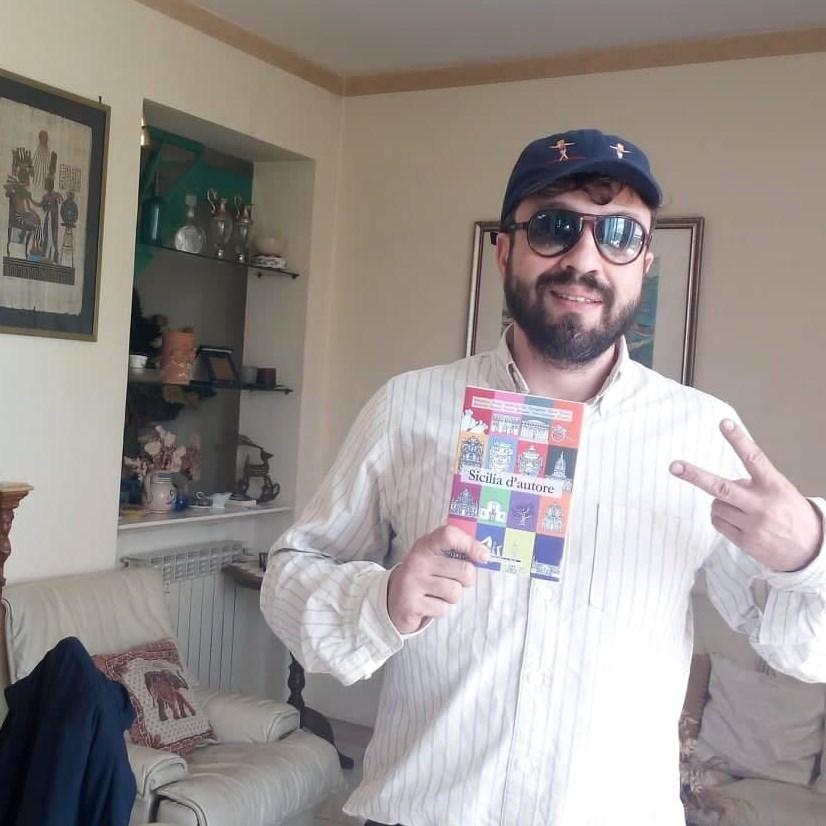 Gianluca Vittorio con la copia di Sicilia d'autore