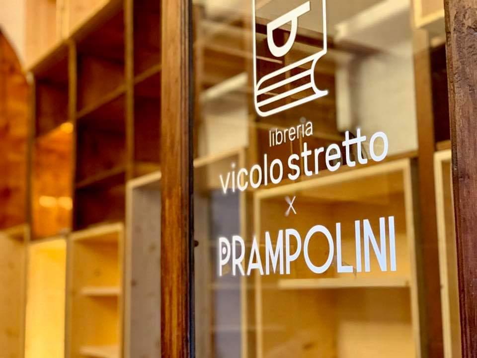 Il logo Vicolo Stretto nella nuova insegna Prampolini
