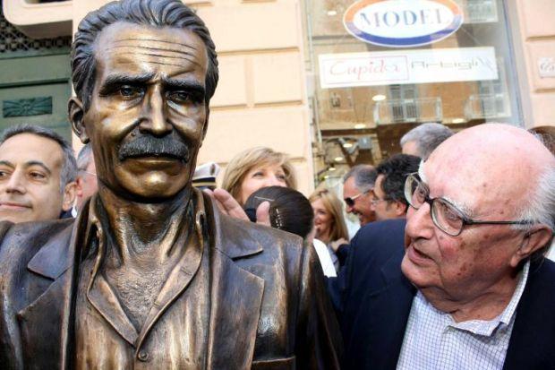 Camilleri inaugura la statua di Montalbano a Porto Empedocle