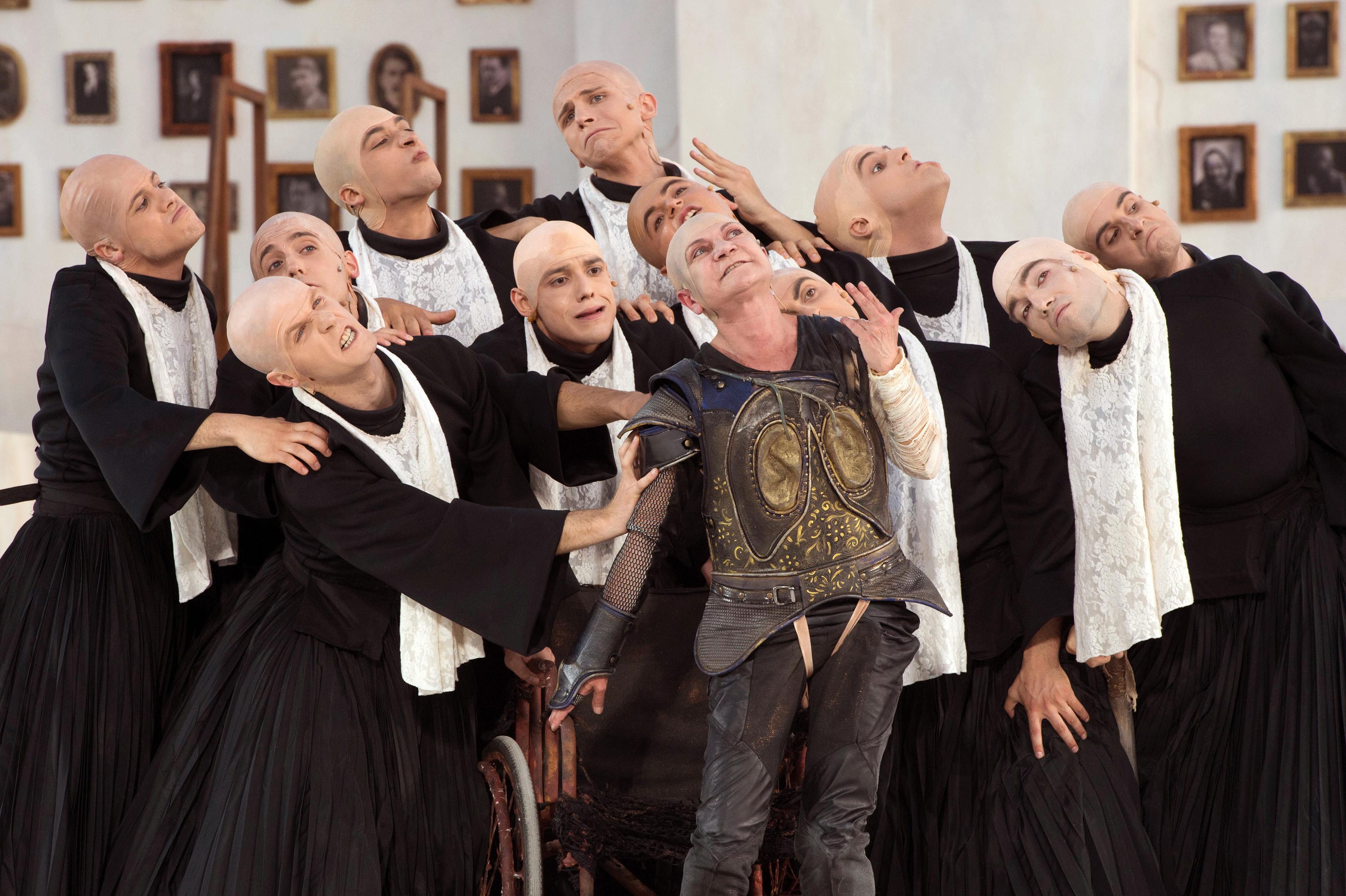 Il coro di vecchi con Anfitrione (Serena Barone) al centro - ph Tommaso Le Pera