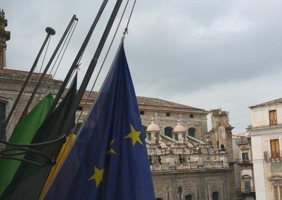 Bandiere a mezz'asta, la Sicilia è in lutto dopo la strage di migranti