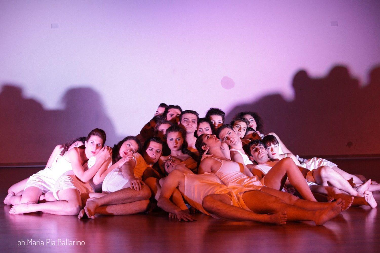 A piedi nudi sul palco: gioie, ansie, passioni e sogni dell'Accademia del Dramma Antico