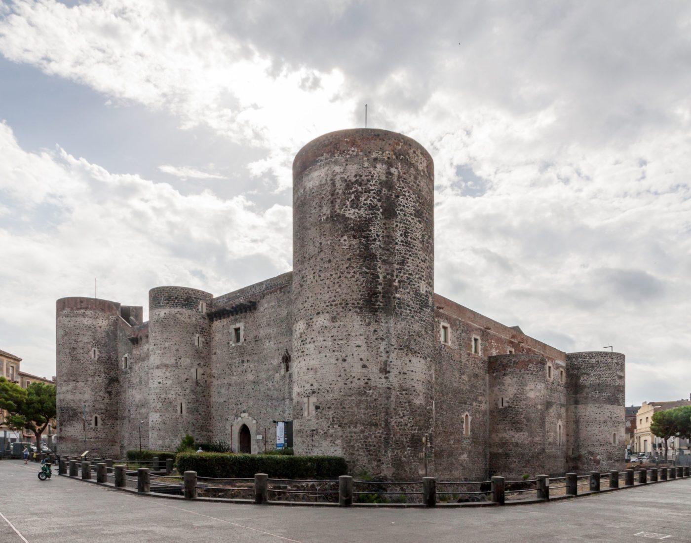 """L'autobooks di Catania al """"Castello liberato"""", domenica 3 maggio in piazza Federico di Svevia"""