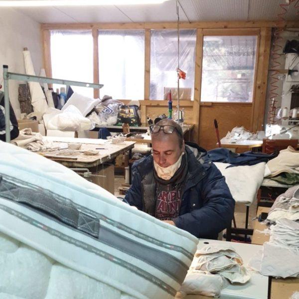 A Giarre una fabbrica di materassi produce mascherine lavabili
