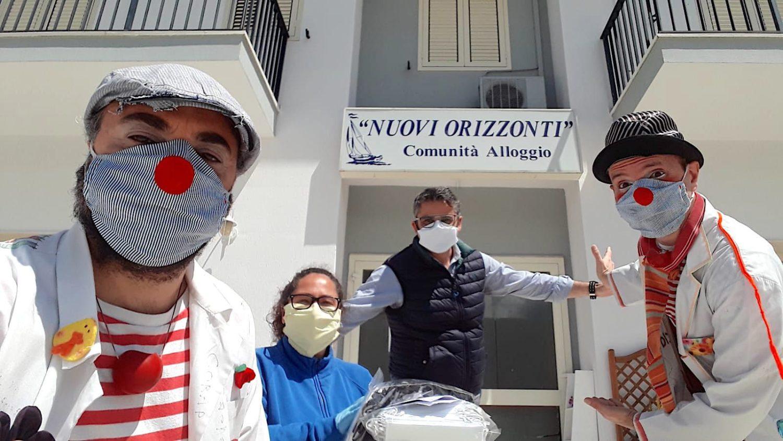 """I medici clown di """"Ci ridiamo sù"""" consegnano le mascherine fatte dalle mamme e dalle nonne di Ragusa"""