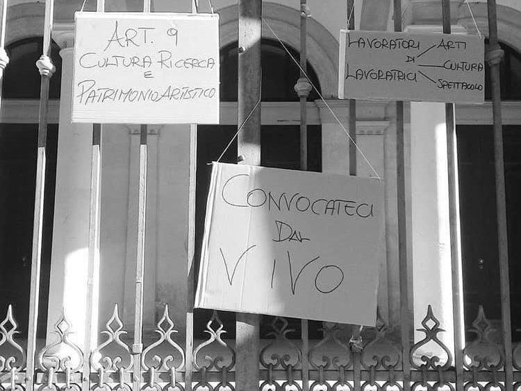 #convocatecidalvivo, il collettivo LightsOn manifesta davanti ai cancelli chiusi del Teatro comunale di Siracusa