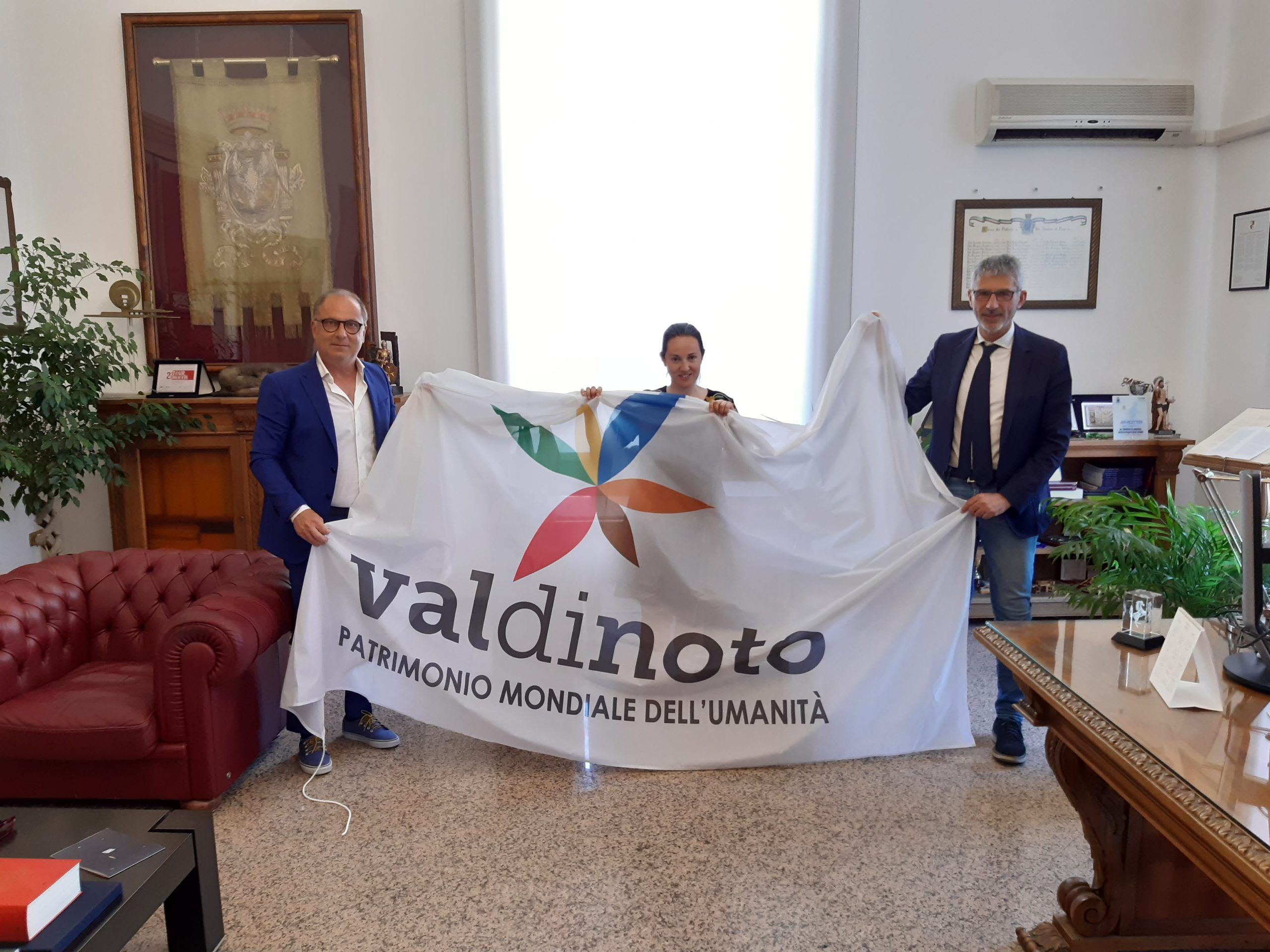 Il sindaco di Noto consegna la bandiera del Val di Noto a Ragusa e altri comuni del sito Unesco Tardo barocco