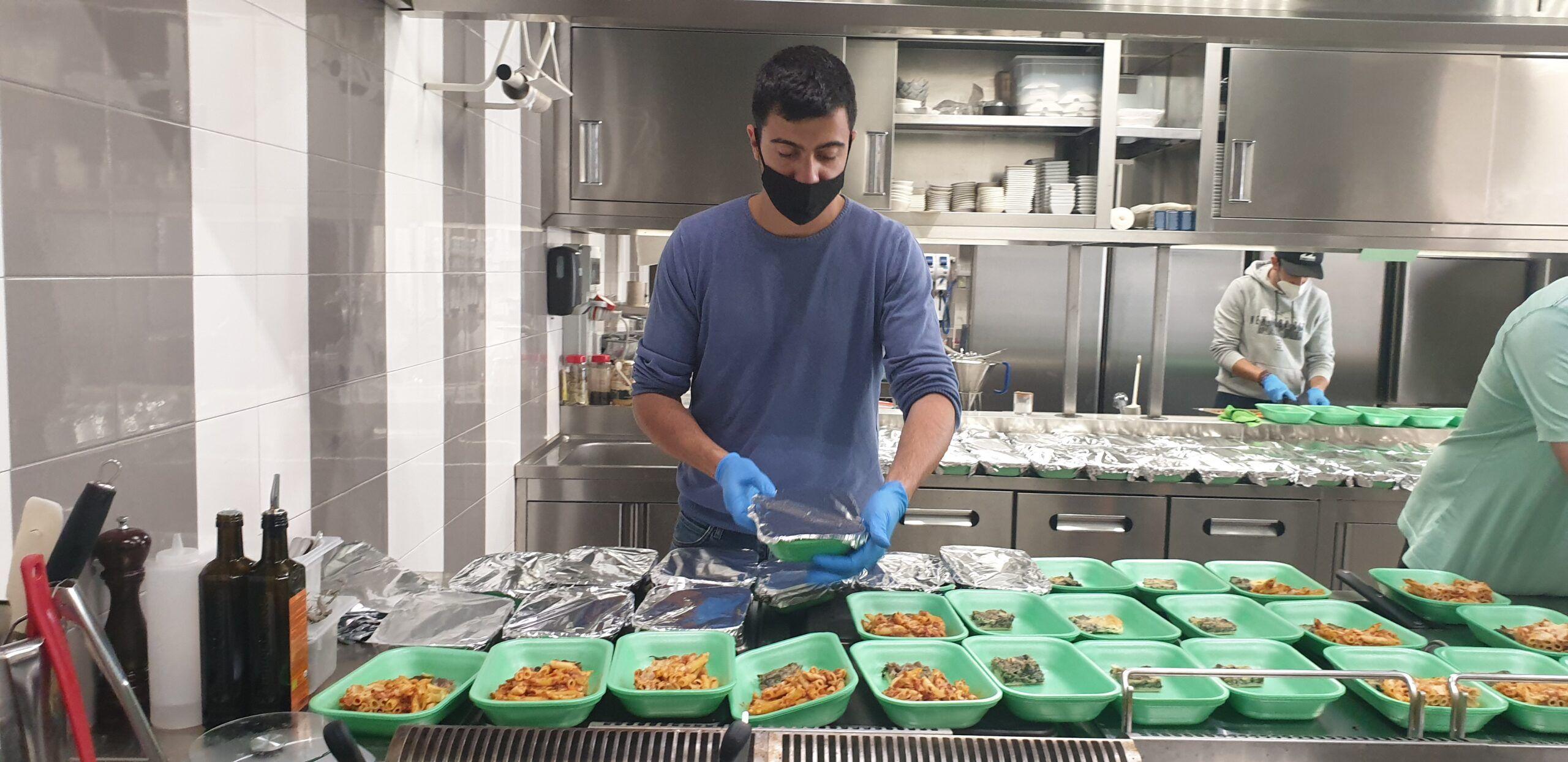 A Milazzo lo chef Dario Pandolfo continua a cucinare per i più bisognosi