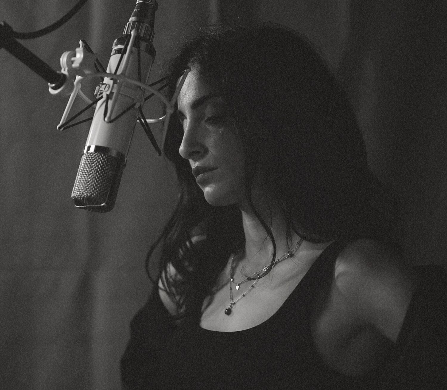 Ariele esordisce con un omaggio alla sua compagna di vita: la Musica