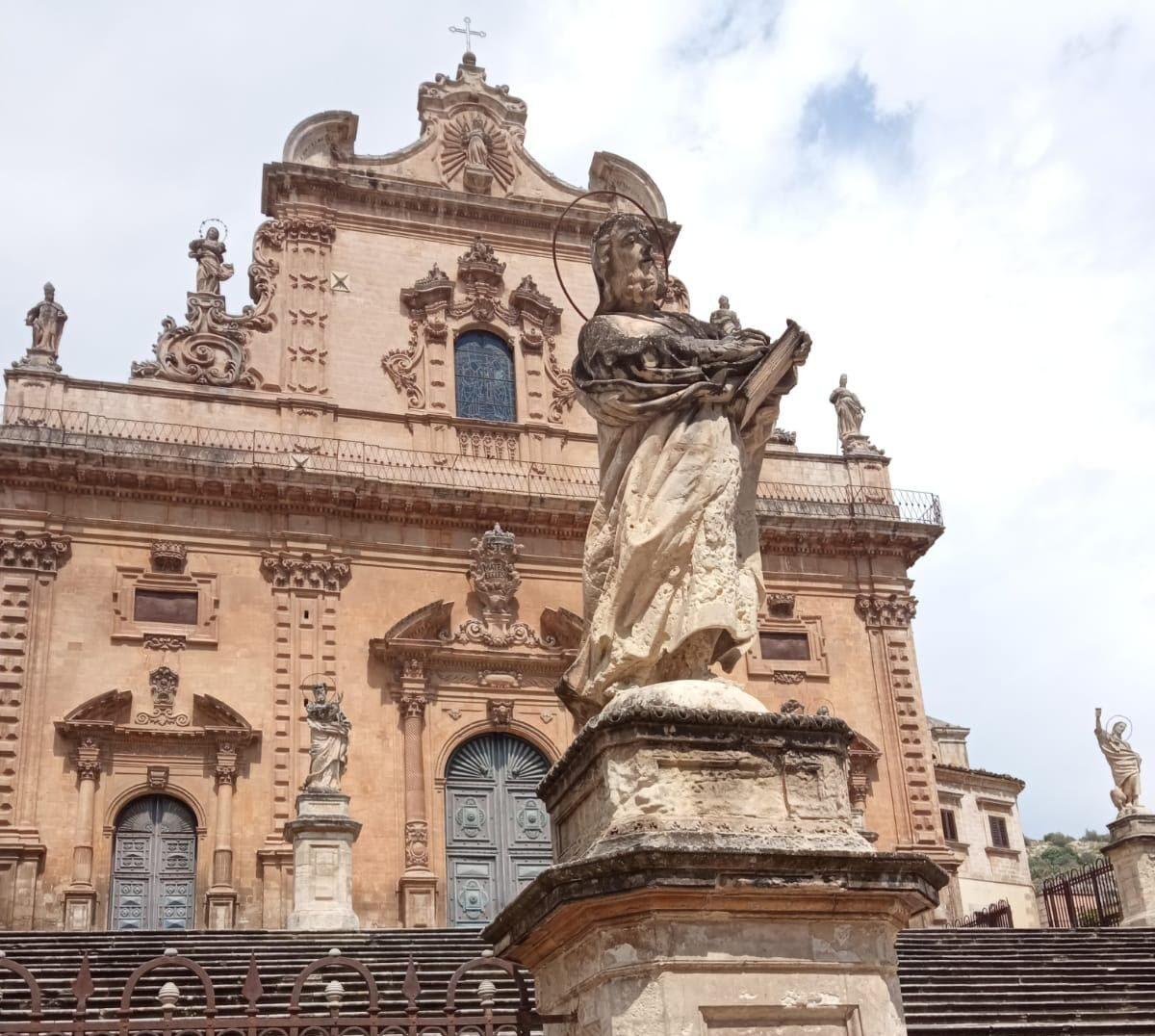 Modica, la Regione siciliana interviene sulle statue intorno la Chiesa di San Pietro
